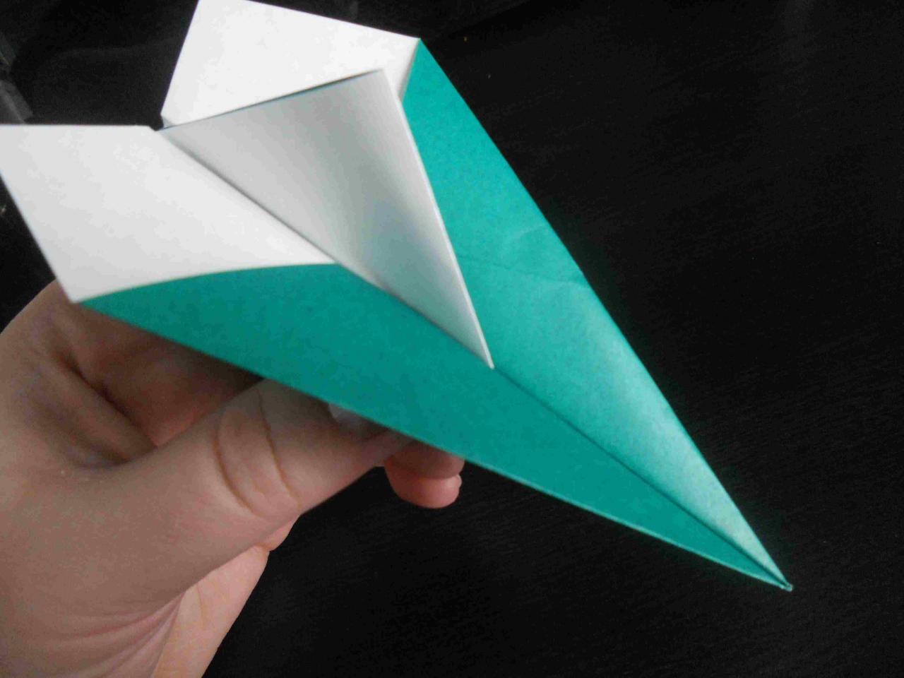 كيف تصنع طائرة ورقية تطير 0