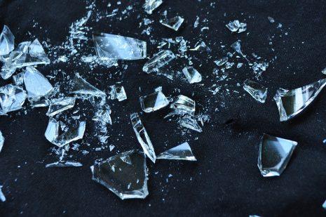 صورة تفسير حلم تكسير الزجاج , ماذا يعني انك قمت بتكسير بعض الواح الزجاج