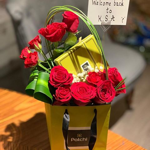 صورة تزيين هدايا بالورد , طريقة سهلة عشان تلف بيها الهدايا 3515