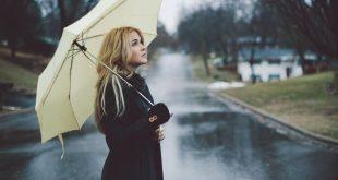 صورة صور فتاة تحت المطر , الشتاء وحب البنات للشتاء