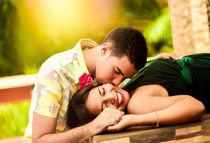 صورة بوس من الخدود , قبلة على الخد